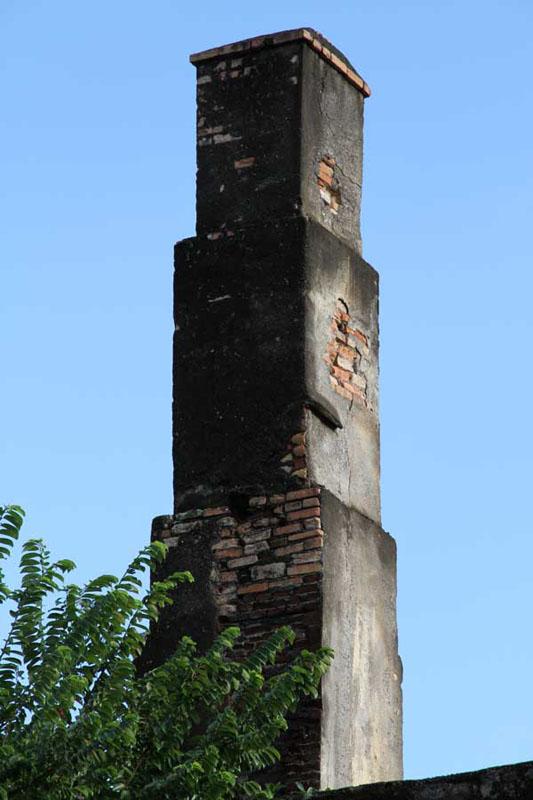 Détail de la cheminée de la distillerie
